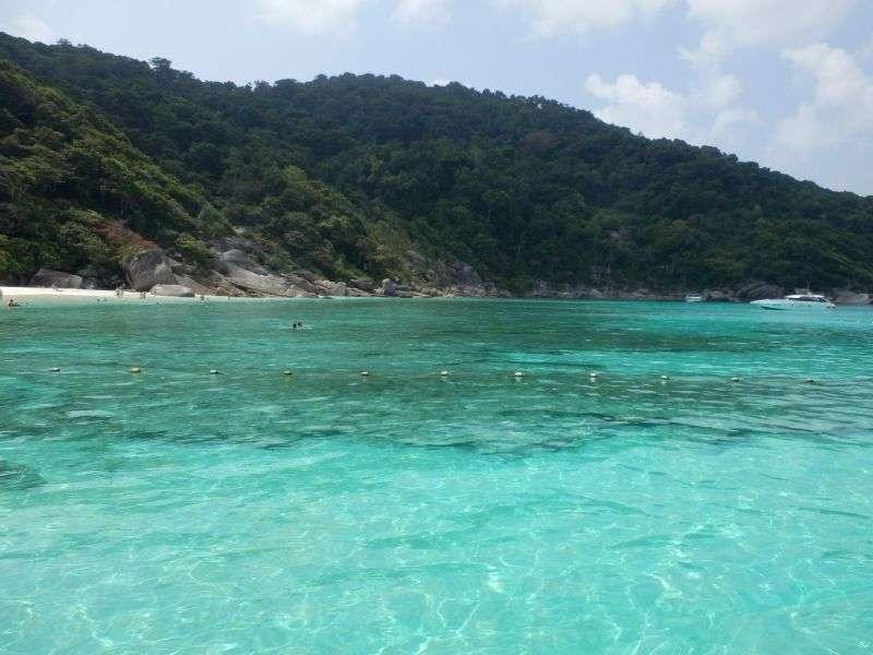 der Bereich zum Baden, klares Wasser und weißer Strand